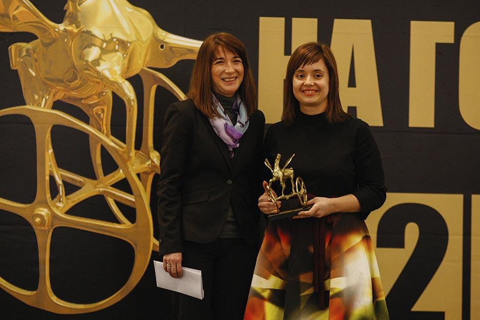 Калина Йорданова, маркетинг мениджър на Рено-Нисан България прие статуетката на Автомобил на годината